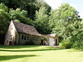 Peters Nest, cosy retreat in ancient woodland - Tetbury vacation rentals