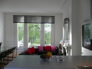 Primrose Hill 2 bed apartment overlooking Park - London vacation rentals