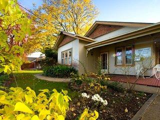 Linga Longa Sleeps 11, 5 Bedroom 11 beds Homestead - Hepburn Springs vacation rentals