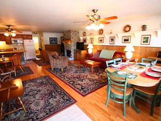 Ski View Condo #5 - Ski Views!, In Town, Single Level, King Bed, WiFi, Game Room, Laundry - Red River vacation rentals