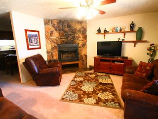 Valley Condos #123 - King Bed, WiFi, Fireplace-Wood, Washer/Dryer, Community Hot Tubs, Creek - Red River vacation rentals