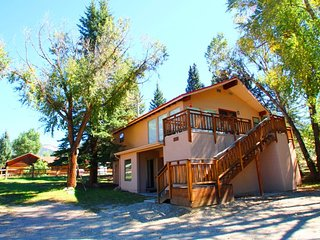 Free's Last Resort - Private Home in Town, On the River, Ski In/Out, Deck, Yard, WiFi, Washer/Dryer - Red River vacation rentals