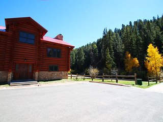 101 River Lodge - Large Log Cabin on the River, In Town, Ski In/ Ski Out, King Beds, Washer/Dryer - Red River vacation rentals