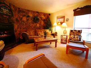 Valley Condos #115 - Huge Condo, King Bed, Jacuzzi Tub, WiFi, Washer/Dryer, Common Hot Tubs, Creek - Red River vacation rentals