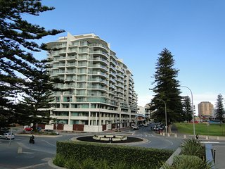 Cozy 1 bedroom Glenelg Apartment with A/C - Glenelg vacation rentals
