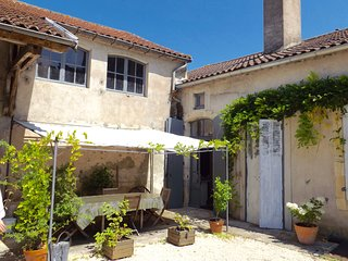 Nice Gite with Internet Access and Outdoor Dining Area - Puy-l Eveque vacation rentals