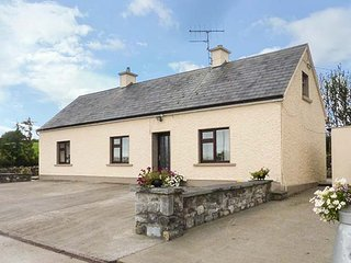 PEG'S COTTAGE, rural location, traditional decor, ground floor cottage near Ballyhahill, Ref. 917648 - Foynes vacation rentals