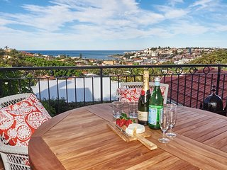 'Dual level Art Deco with Ocean Views' - Coogee vacation rentals