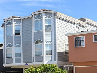 Renovated Oceanfront Unit in Triplex w/ Ocean View, Private Balcony! (68166) - Newport Beach vacation rentals