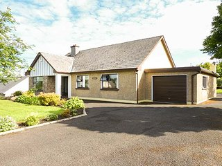 GARRYVOE, ground floor accommodation, off road parking, open fires, in Letterkenny, Ref 939672 - Letterkenny vacation rentals
