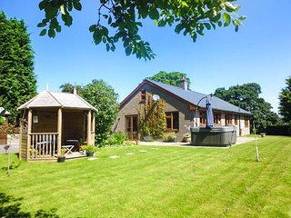 TYNDDOL BUNGALOW, detached, hot tub, woodburner, fantastic views, Llanbadarn-Fynydd, Llanbister, Ref 912330 - Llanbister vacation rentals