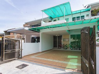 Nice House with Television and Microwave - Gelugor vacation rentals