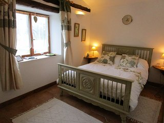 Bed (and breakfast) in private wing of farmhouse. - Mohon vacation rentals