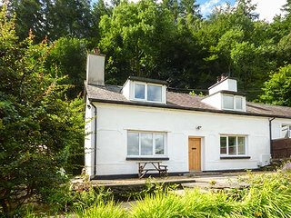 2 YSGUBOR GERRIG, semi-detached, woodburner, private patio, WiFi, in Trefriw, Ref 932576 - Trefriw vacation rentals