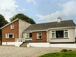 BRADOGUE, detached cottage, open fire, pet-friendly, parking, gardens, Curracloe, Ref 933235 - Curracloe vacation rentals