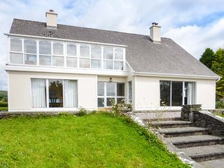ROUGHTY BRIDGE VIEW, detached, open fires, off road parking, gardens nr Kenmare, Ref 940598 - Kenmare vacation rentals