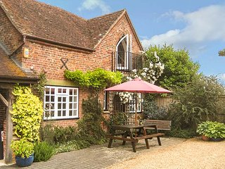 THE COACH HOUSE, detached, WiFi, woodburner, private garden, in West Grimstead, Ref 934958 - Whaddon vacation rentals