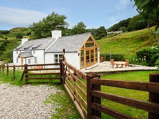 PEN Y BONT, detached character cottage, WiFi, woodburning stove, pet-friendly, Llangollen, Ref 939502 - Llangollen vacation rentals