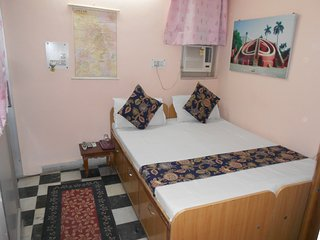 Budget Queen Bed Ensuite - New Delhi vacation rentals