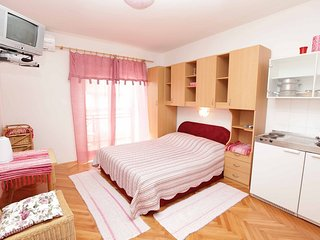 Room with ensuite bathroom, kitchenette and AC - Podgora vacation rentals