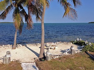 Ocean breezes, palm trees, private beach - Key Largo vacation rentals