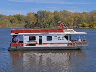 Ever wanted to stay on a houseboat on the Mississippi River? - Lansing vacation rentals