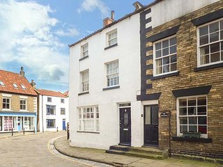 KIPPERS CORNER, end-terrace, over three floors, en-suite, woodburner, in Staithes, Ref 933075 - Staithes vacation rentals