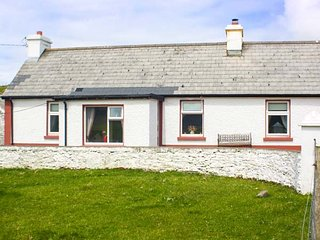 TEACH EOGHAIN, solid fuel stove, pet-friendly, stunning views, Ardara, Ref 940403 - Ardara vacation rentals