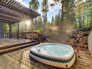 A private hot tub, a lovely deck, shared resort pools, and bikes for rent! - Black Butte Ranch vacation rentals