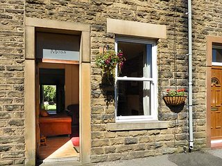 FEATHERBED MOSS COTTAGE, terraced cottage with WiFi, garden with furniture, in Glossop, Ref 919169 - Glossop vacation rentals