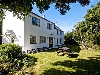 TY GWYN, off road parking, garden, pet-friendly, WiFi, nr Goodnhavern, Ref - Goonhavern vacation rentals