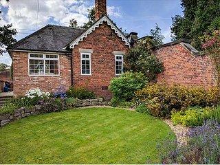 ORCHARD COTTAGE, woodburner, WiFi, hot tub, enclosed garden, in Calwich, Ref 6093 - Ellastone vacation rentals