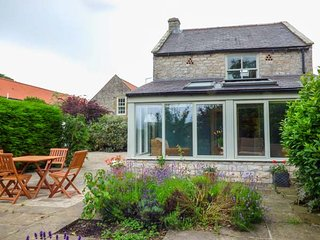 THE GRANARY, detached stone cottage, open fire, WiFi, private enclosed patio, Kirkbymoorside Ref 936454 - Kirkbymoorside vacation rentals