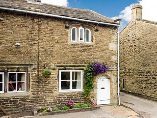 TEAL COTTAGE, traditional romantic retreat, fantastic walking country, WiFi, courtyard garden, Skipton, Ref 936273 - Skipton vacation rentals