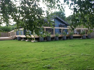 Nice Lodge with Internet Access and Central Heating - Pett vacation rentals