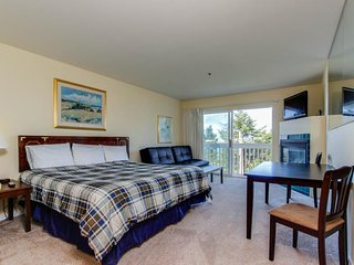 Dog-friendly studio with ocean views and a balcony - close to the beach! - Lincoln City vacation rentals