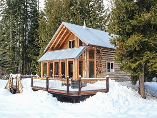 """Far and Away"" Log Home, Private and Relaxing, River Access - Plain vacation rentals"