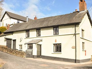 THE OLD INN, period detached cottage, woodburner, parking, in Wheddon Cross, Ref 938023 - Wheddon Cross vacation rentals