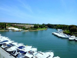 TRAVERSANT - VUE MARINA - PARKING [407la] - World vacation rentals