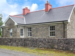 PRIMROSE COTTAGE, stone cottage, gardens, all bedrooms with en-suite, pet-friendly, solid fuel stove, nr Carrick-on-Shannon, Ref 940613 - Knockvicar vacation rentals