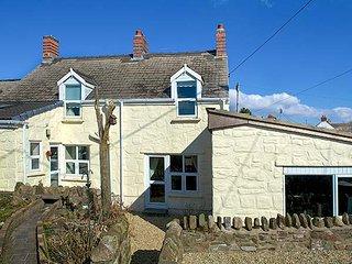 BRISTOL HOUSE, end-terraced, pet-friendly cottage, with en-suite and garden, in Llansaint, Ref 29177 - Llansaint vacation rentals