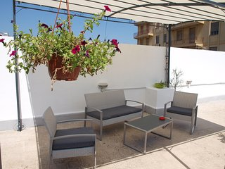 Lovely inside, cosy roof terrace and easy parking - Syracuse vacation rentals
