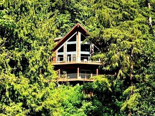07MF Spectacular Lakefront Chalet with a Private Hot Tub - Maple Falls vacation rentals