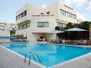 Luxury Basel Tower - 2 Bed Apartment (Pool & Gym) - Tel Aviv vacation rentals