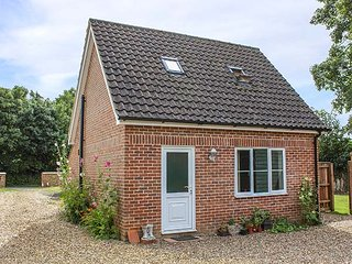 HOLLYTREE COTTAGE, detached, WiFi, pet-friendly, patio, nr Attleborough, Ref 941834 - Attleborough vacation rentals