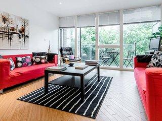Spacious 2 bed 2 bath in Barbican/City Area - London vacation rentals