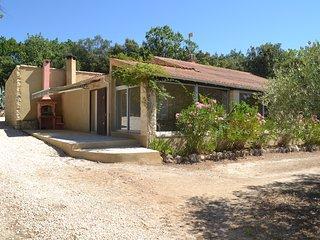 villa au calme sur terrain clos - Aubussargues vacation rentals