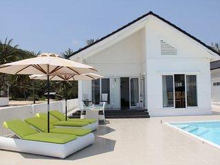STAY HOTEL Exklusiv strandvilla med privat pool - Song Cau Town vacation rentals