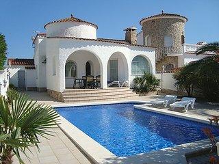 3 bedroom Villa in Empuriabrava, Costa Brava, Spain : ref 2253080 - Empuriabrava vacation rentals