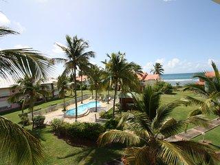 Spacieux 3 pièces bord de plage, piscine, vue mer - Saint-François vacation rentals